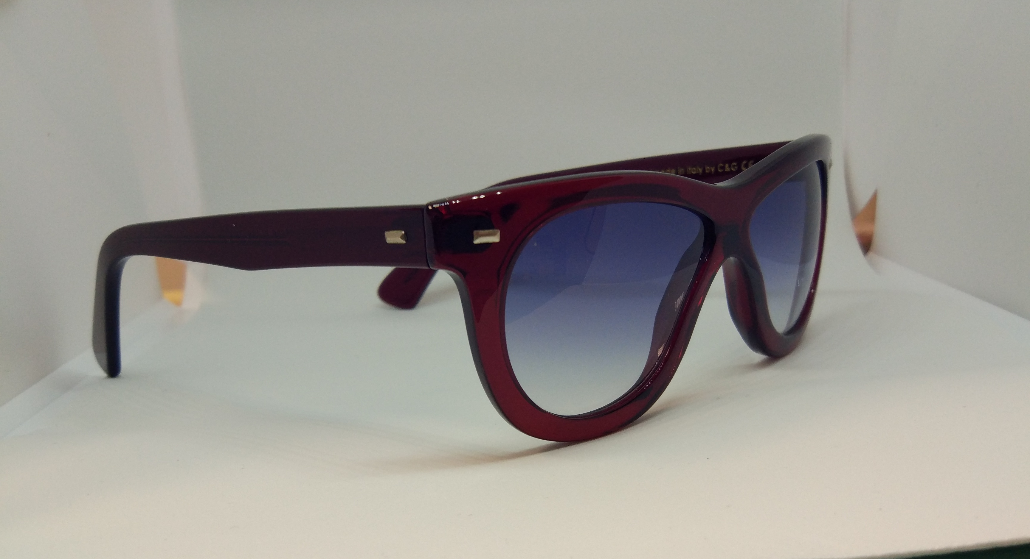 Cutler And Gross Modelo 1081 Red Turtle lateral